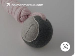 Tennisball med et rep gjennom brukes gjerne som hundeleke.