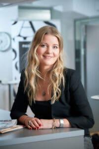 Adina Broady Aasebø har skrevet bok om de stille influenserne.